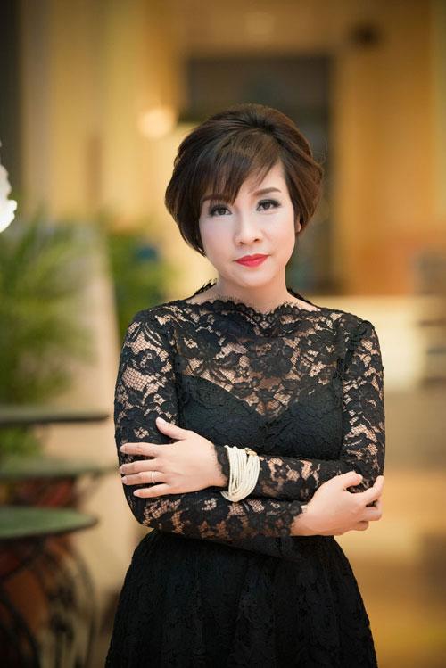 Nguyễn Thị Loan khoe lưng trần trắng mịn trong gió lạnh-10