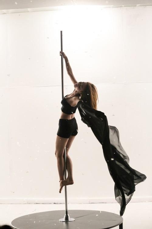 Ngân Khánh khoe hình thể sexy với múa cột-1