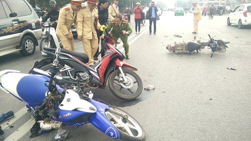 Nghệ An: 3 xe máy tông nhau, 3 người bị thương nặng-1