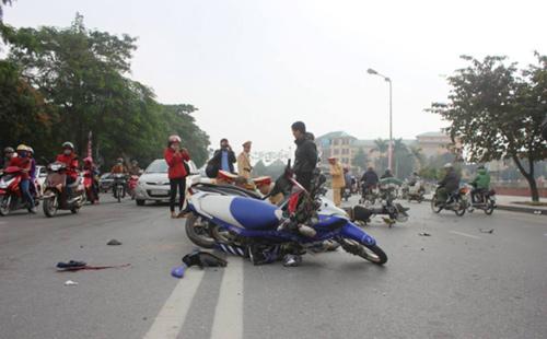 Nghệ An: 3 xe máy tông nhau, 3 người bị thương nặng-2