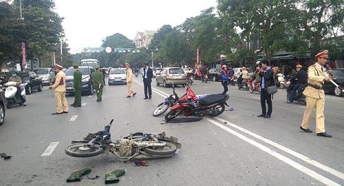 Nghệ An: 3 xe máy tông nhau, 3 người bị thương nặng-3