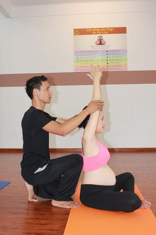 me bau dang dep nho cham tap yoga cung chong - 11
