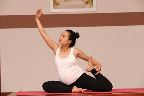 me bau dang dep nho cham tap yoga cung chong - 3