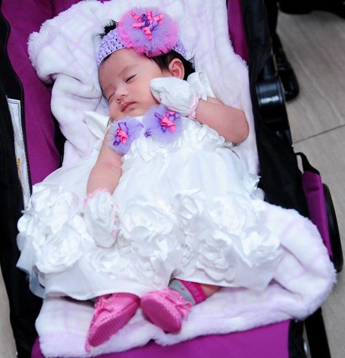 Vợ Gia Bảo vai trần xinh đẹp mừng con gái đầy tháng-3