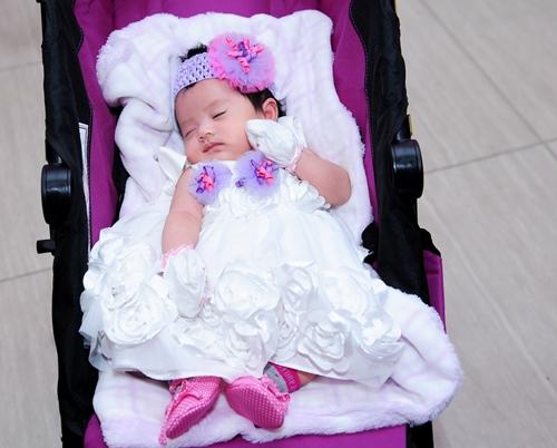 Vợ Gia Bảo vai trần xinh đẹp mừng con gái đầy tháng-4
