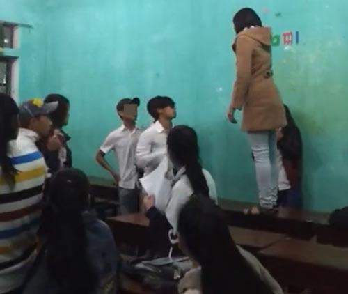Nữ sinh túm tóc, đánh giáo viên ngay trên bục giảng-1