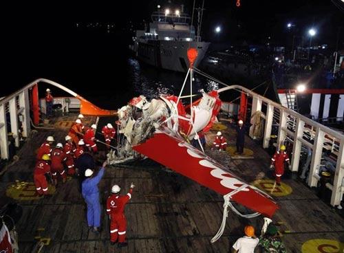 airasia qz8501: vot 6 thi the ngap duoi bun - 2