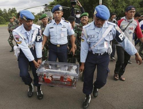 airasia qz8501: vot 6 thi the ngap duoi bun - 3