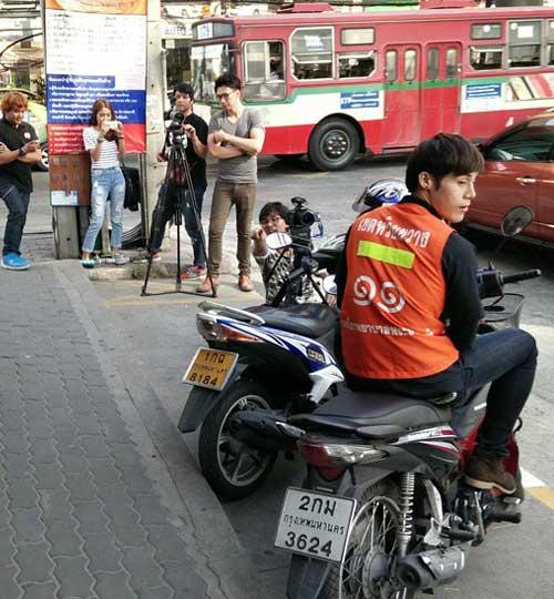 """chang xe om thai lan """"hop hon"""" phai nu vi qua dien trai - 1"""