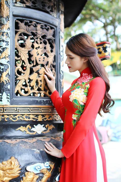 """huong giang idol goi cam hon ca """"gai xin"""" voi ao dai - 4"""