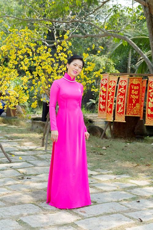 le quyen hao hung dien ao dai don tet - 4