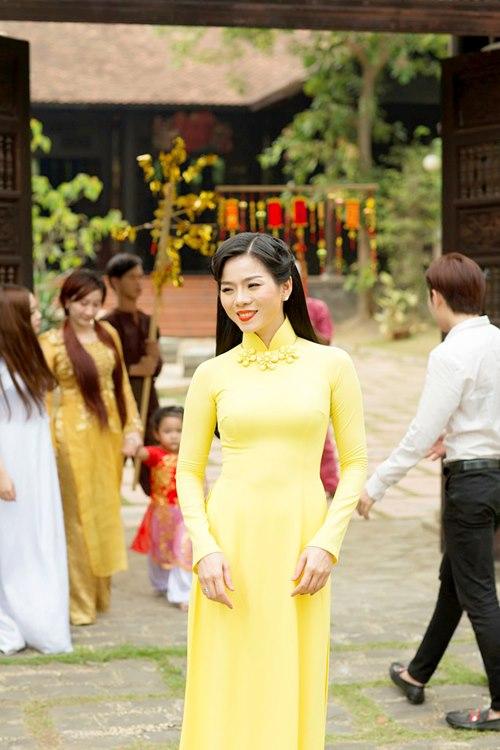 le quyen hao hung dien ao dai don tet - 7