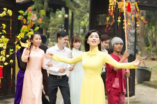 le quyen hao hung dien ao dai don tet - 8