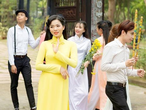 le quyen hao hung dien ao dai don tet - 9