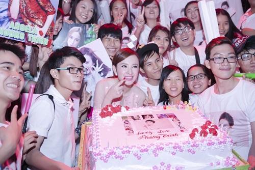 fan vay kin trong sinh nhat nua dem cua angela phuong trinh - 14