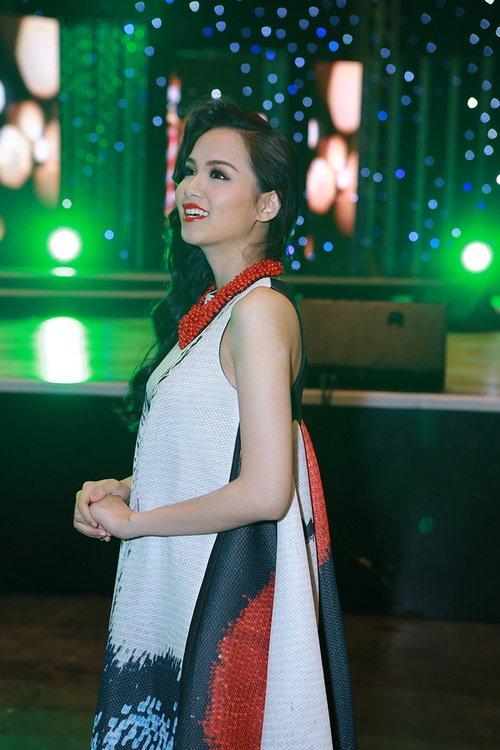 diem huong tai xuat tren san khau sau 1 thang sinh con - 6