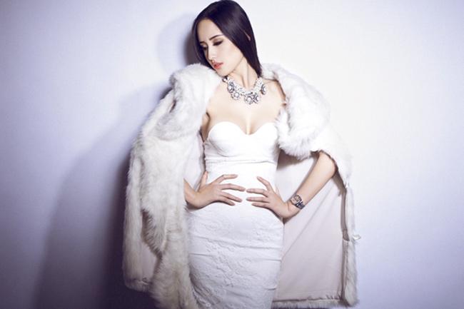 Mai Phương Thuý gợi cảm tột độ cùng áo lông và váy cúp ngực trắng muốt