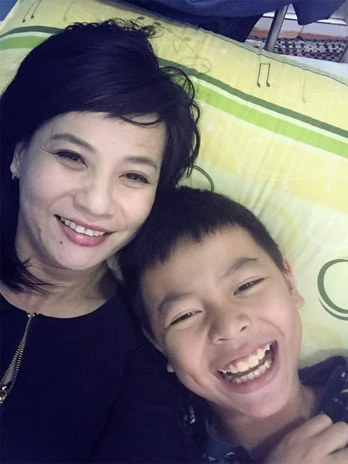 kim hien bung bau hanh phuc ben chong va con trai - 16
