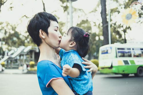 kim hien bung bau hanh phuc ben chong va con trai - 10