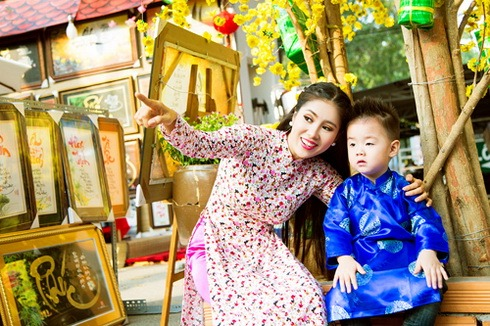 con trai le phuong hon me giua pho xuan - 13