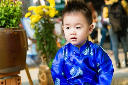 con trai le phuong hon me giua pho xuan - 12
