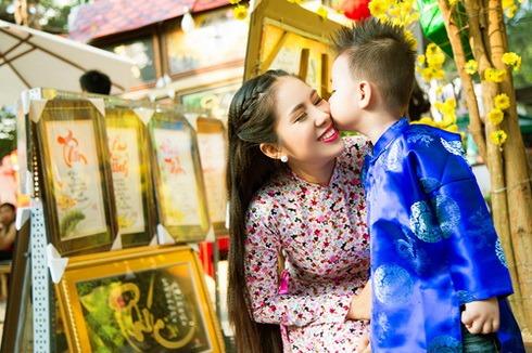 con trai le phuong hon me giua pho xuan - 11