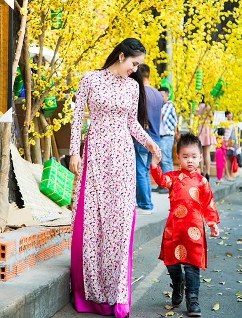 con trai le phuong hon me giua pho xuan - 10