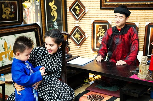 con trai le phuong hon me giua pho xuan - 5