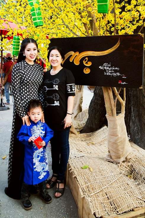 con trai le phuong hon me giua pho xuan - 2