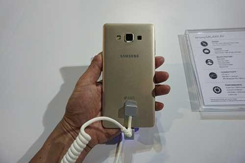 anh thuc te cua smartphone kim loai nguyen khoi samsung galaxy a7 - 14