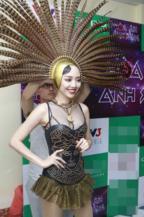 toc tien gap su co trang phuc nhay cam tren san khau - 8