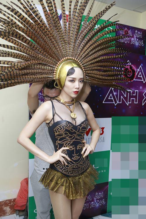 toc tien gap su co trang phuc nhay cam tren san khau - 9