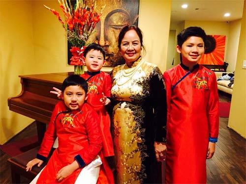 Con sao Việt rạng rỡ áo dài đón tết-12