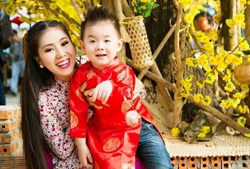 Con sao Việt rạng rỡ áo dài đón tết-7
