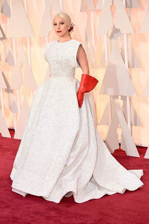 Lady Gaga hết quái, Jennifer Lopez khoe ngực trên thảm đỏ Oscars - 1