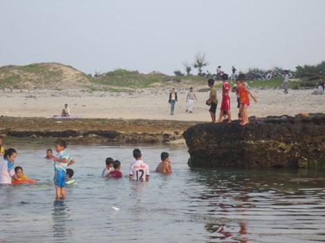 Tắm biển ngày tết, năm học sinh bị đuối nước-1