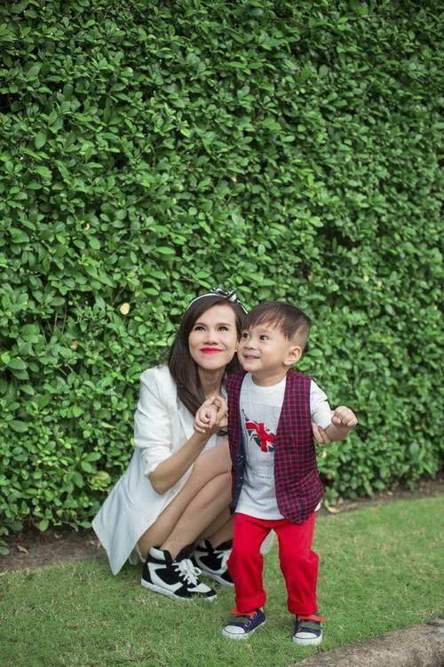 Em gái Thanh Thảo đưa con trai dạo phố xuân-1