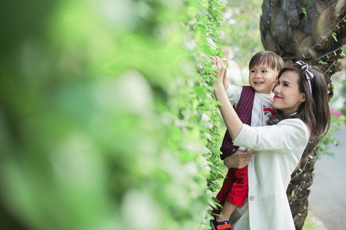 Em gái Thanh Thảo đưa con trai dạo phố xuân-5