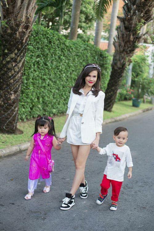 Em gái Thanh Thảo đưa con trai dạo phố xuân-7