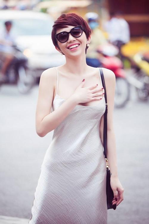 Tóc Tiên mặc váy ngủ gợi cảm hết mức xuống phố-1