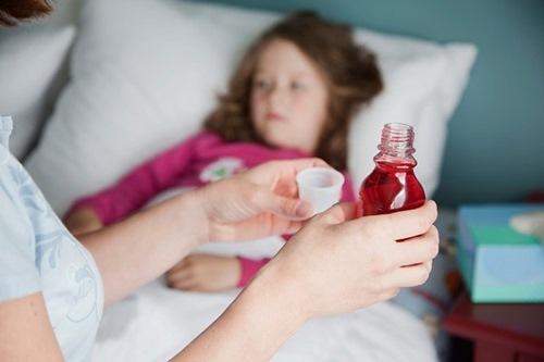 Những sai lầm của cha mẹ khi cho bé uống thuốc - 1