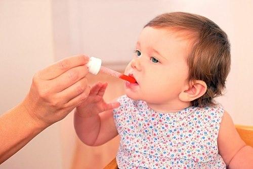Những sai lầm của cha mẹ khi cho bé uống thuốc - 2