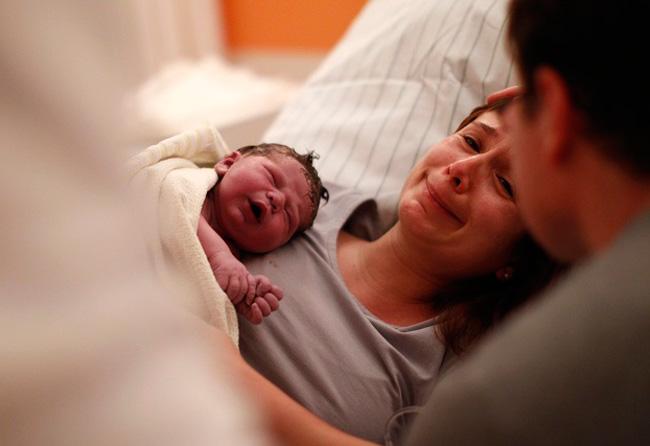 Bạn vừa cho ra đời một sinh linh bé bỏng, bạn đang kiệt sức hoặc đang đắm chìm trong niềm hạnh phúc mà không để ý quá nhiều đến sự thay đổi của bé. Các nhà nghiên cứu Thụy Điểm đã ghi lại hình ảnh của 28 trẻ sơ sinh trong một giờ đầu tiên khi lọt lòng mẹ và đã khám phá ra rất nhiều điều thú vị mà không phải bà mẹ nào cũng nhận ra.  Dù mới ra khỏi bụng mẹ nhưng bé vẫn có những sự thay đổi theo từng giây, hãy cùng khám phá nhé!