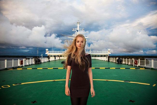Nữ nhiếp ảnh gia 29 tuổi người Romania tênMihaela Noroc đã từ bỏ công việc nhàm chán của mình và tiết kiệm tiền để đi du lịch vòng quanh thế giới. Cô đã tiếp xúc với rất nhiều nền văn hoá khác nhau và phát hiện ra rằng phụ nữ ở mỗi nơi trên thế giới lại có một vẻ đẹp khác nhau. Vì vậy, cô đã thực hiện dự án 'Atlas of Beauty' để chứng minh vẻ đẹp của phụ nữ trên khắp thế giới. Trong ảnh là người phụ nữ ở vùng biển Baltic.
