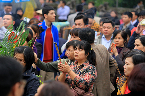 Dòng người đổ về lễ Khai ấn đền Trần-9