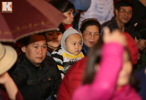 Biển người đội mưa cầu an trước chùa Phúc Khánh-6