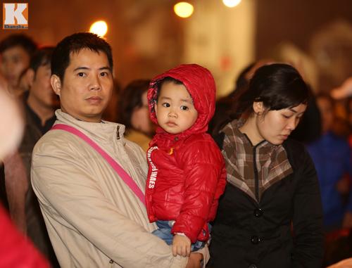 Biển người đội mưa cầu an trước chùa Phúc Khánh-5