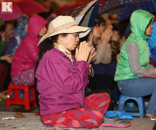 Biển người đội mưa cầu an trước chùa Phúc Khánh-19