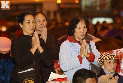 Biển người đội mưa cầu an trước chùa Phúc Khánh-18