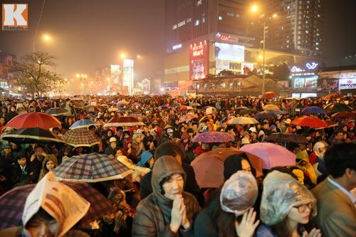 Biển người đội mưa cầu an trước chùa Phúc Khánh-2